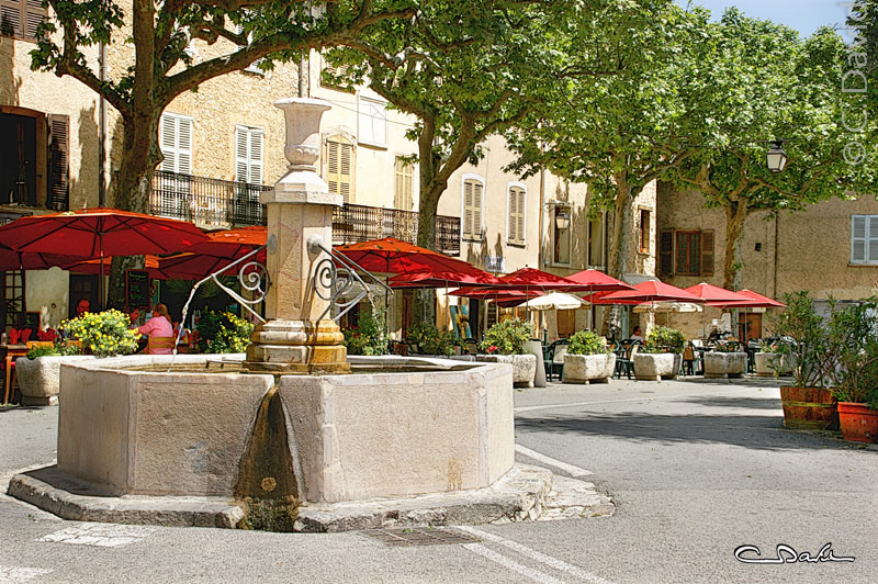 La place et la fontaine au  centre de Tourtour dans le Var  /Photo Claude David